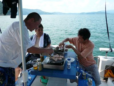 2008年8月12日(火)船上でバーベキューの風景です