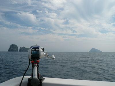 2008年9月17日(水)沓島の風景を見ながら竿を出しています