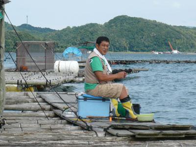 ・2008年8月23日(土)舞鶴は吉田の筏でチヌ釣りをされている風景(1名)