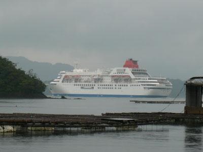 2008年9月20日(土)舞鶴は吉田の筏の前を「ふじ丸」が出航です
