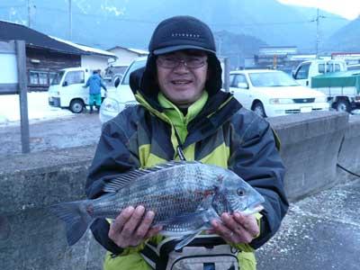 2009年1月18日(日)吉田の筏で44.0cmのチヌを釣り上げられた川畑様です
