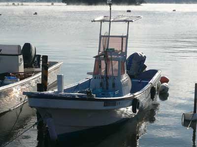 吉田の入り江に係留しています「たかし丸」が活躍しています