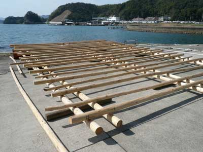 2010年4月4日(日)青井地区の大下氏に依頼して筏を製作して頂いてます