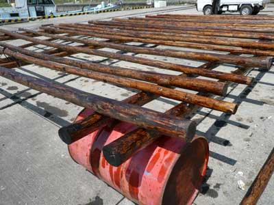 2010年4月4日(日)間伐材の36本に防腐剤を塗る事が出来ました