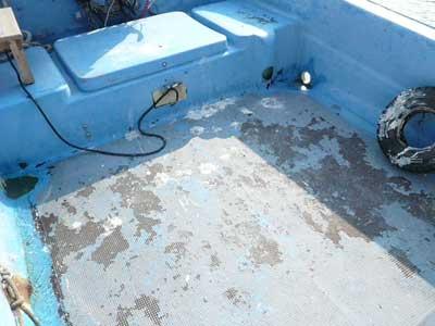 2010年11月23日(火)船尾部の塗装も弱くなり剥げて来ました