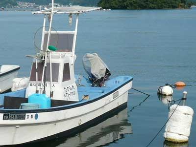 2011年4月30日(土)和船のたかし丸はカキ工場の入り江に係留しています